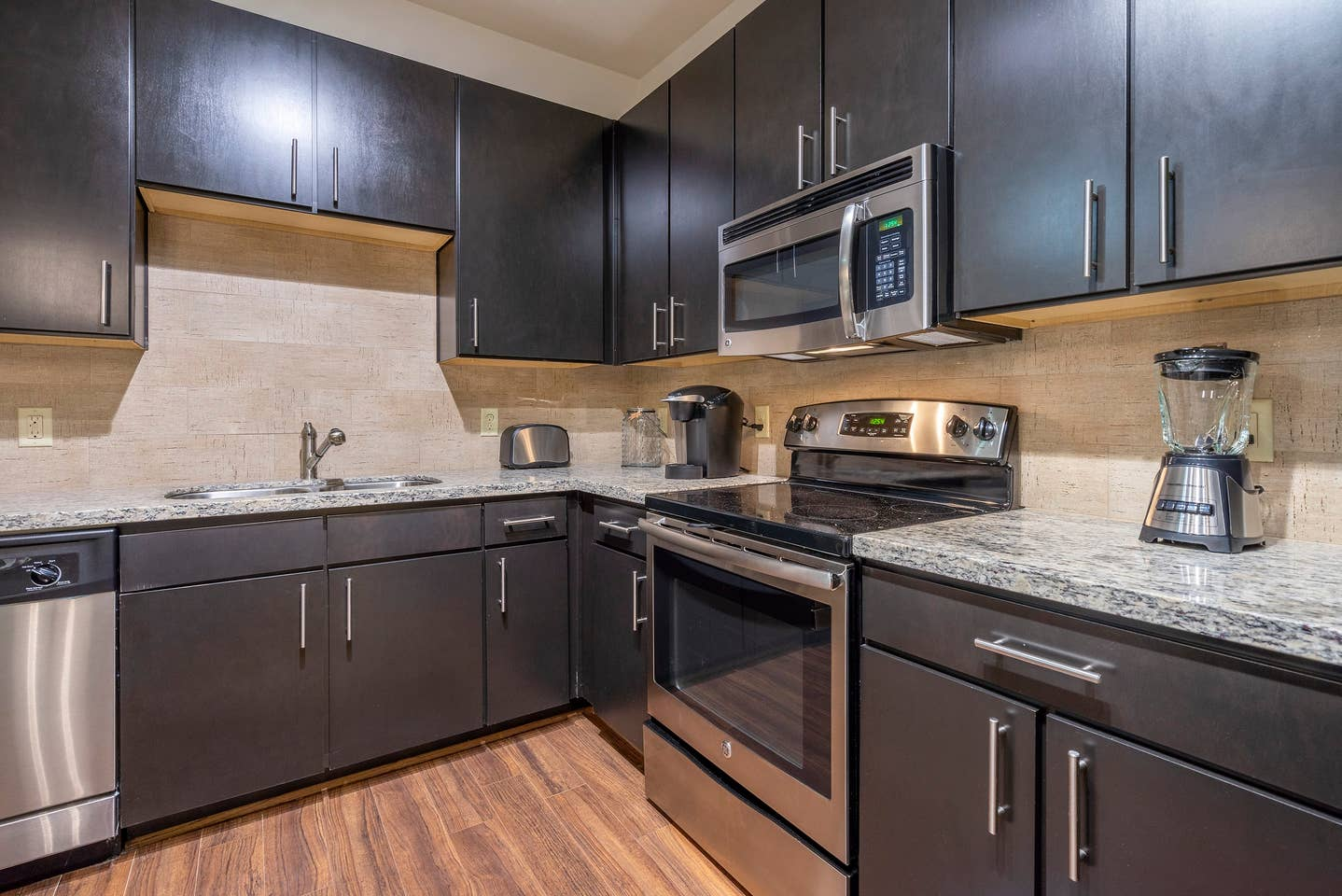 Apartment LUXURIOUS COZY MODERN MIDTOWN FULLY EQUIPPED CONDO photo 16697651