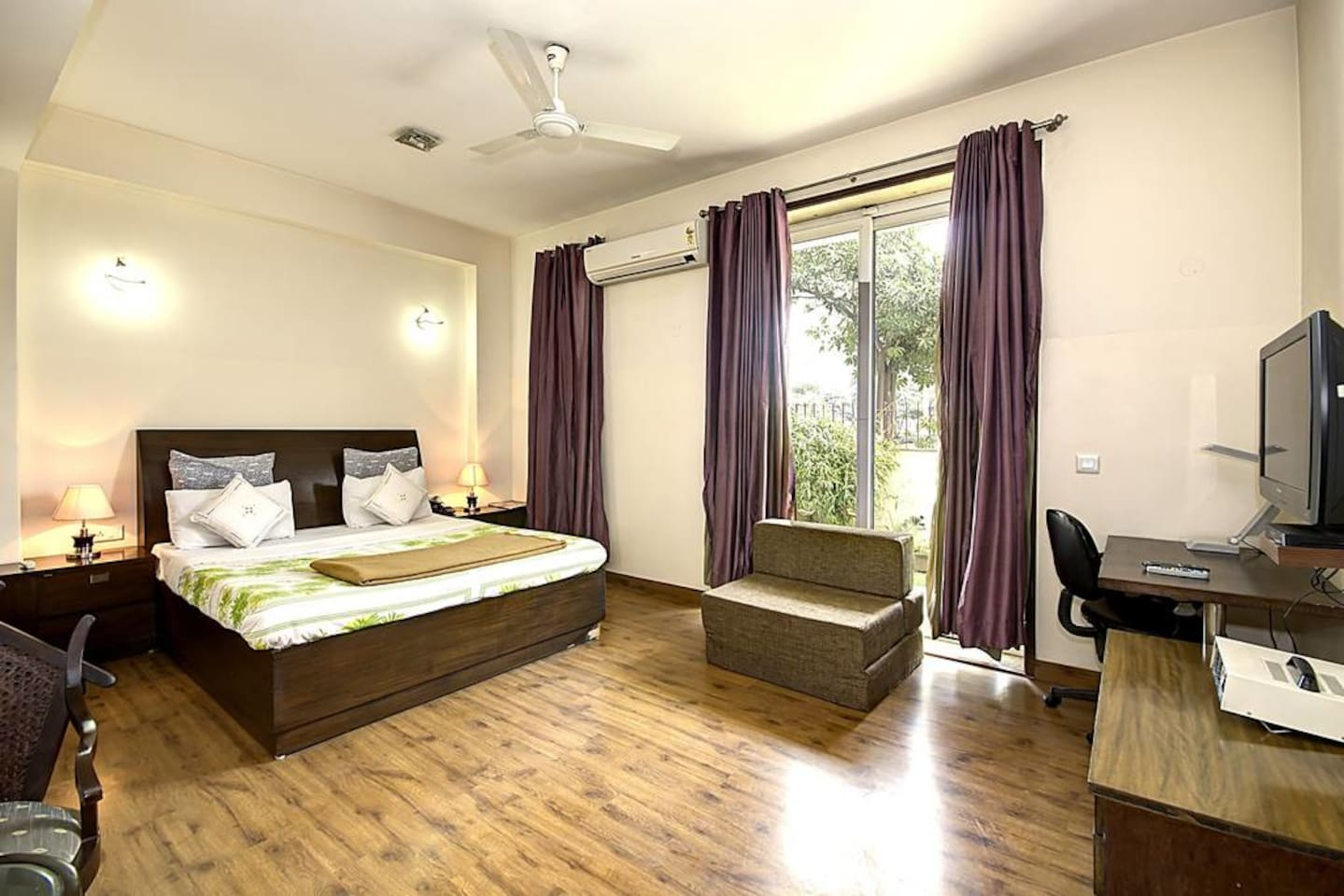 Apartment 1 BHK Serviced Apt in awarded BnB Property photo 18529416