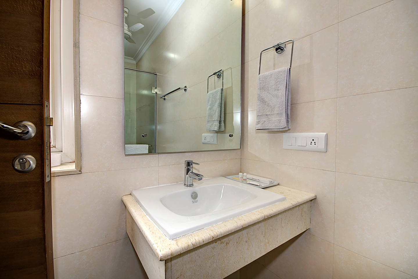 Apartment 1 BHK Serviced Apt in awarded BnB Property photo 18665610