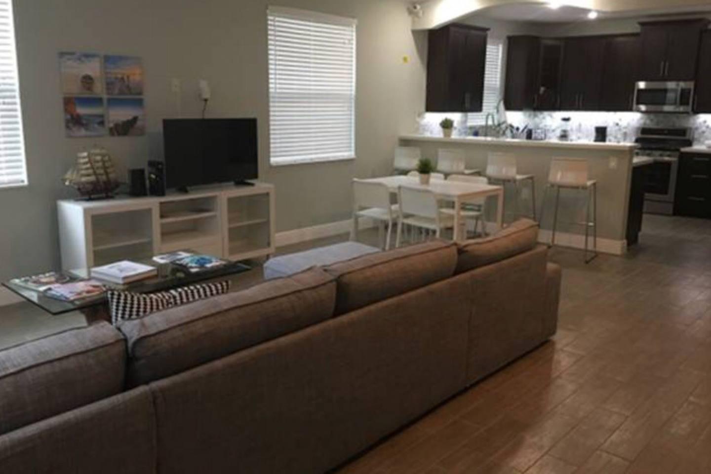 Apartment 4 Bedroom house steps from Riverwalk FtLauderdale photo 23163208