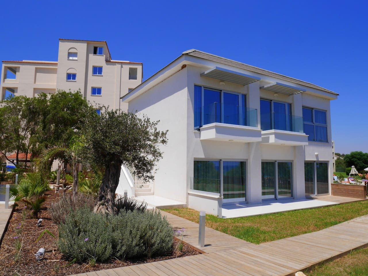 2 Bed Luxury Apt with Large Communal Pool - B2-001 photo 25894964