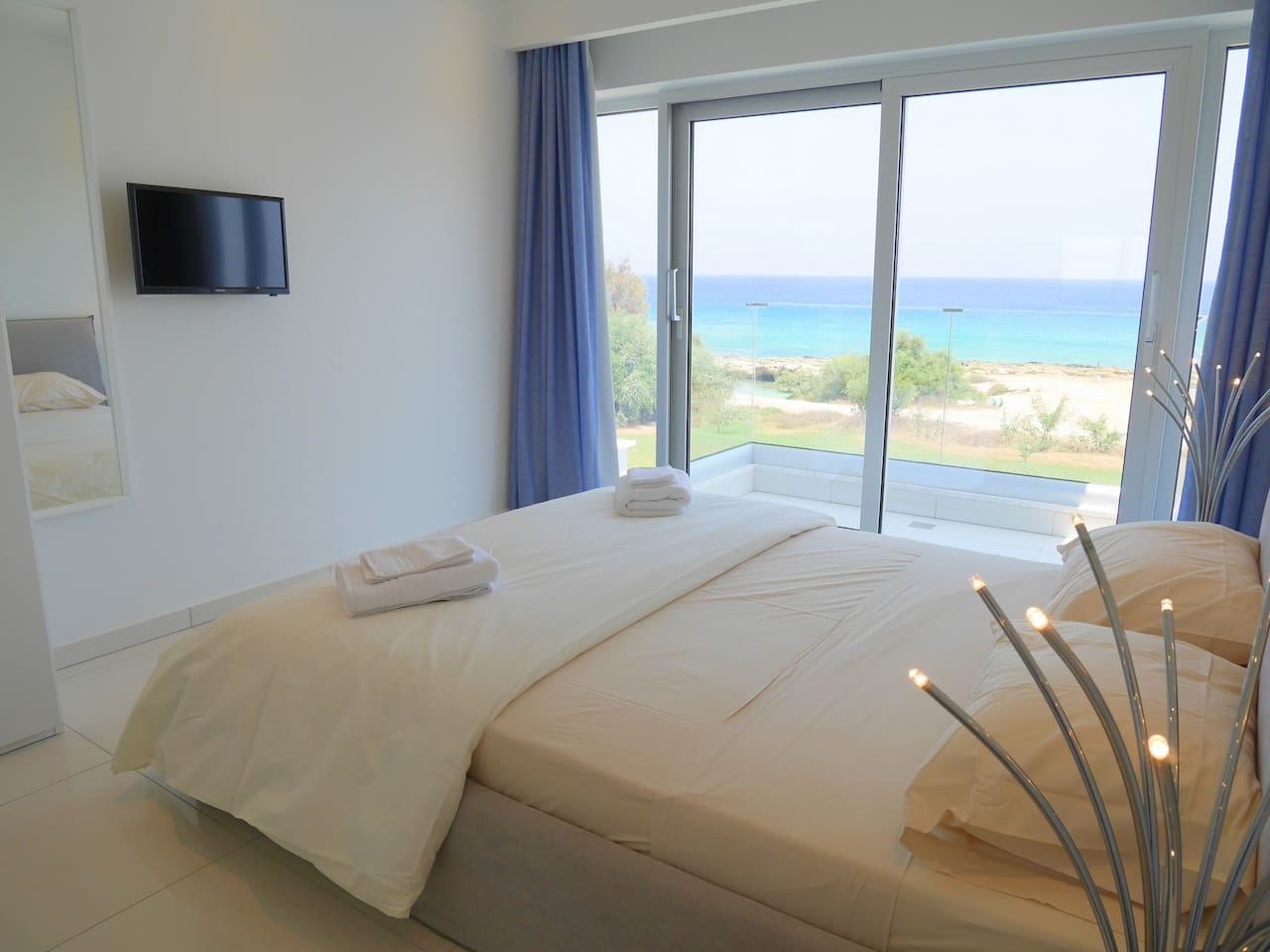 Apartment 2 Bed Luxury Apt with Large Communal Pool - B3-101 photo 26059207