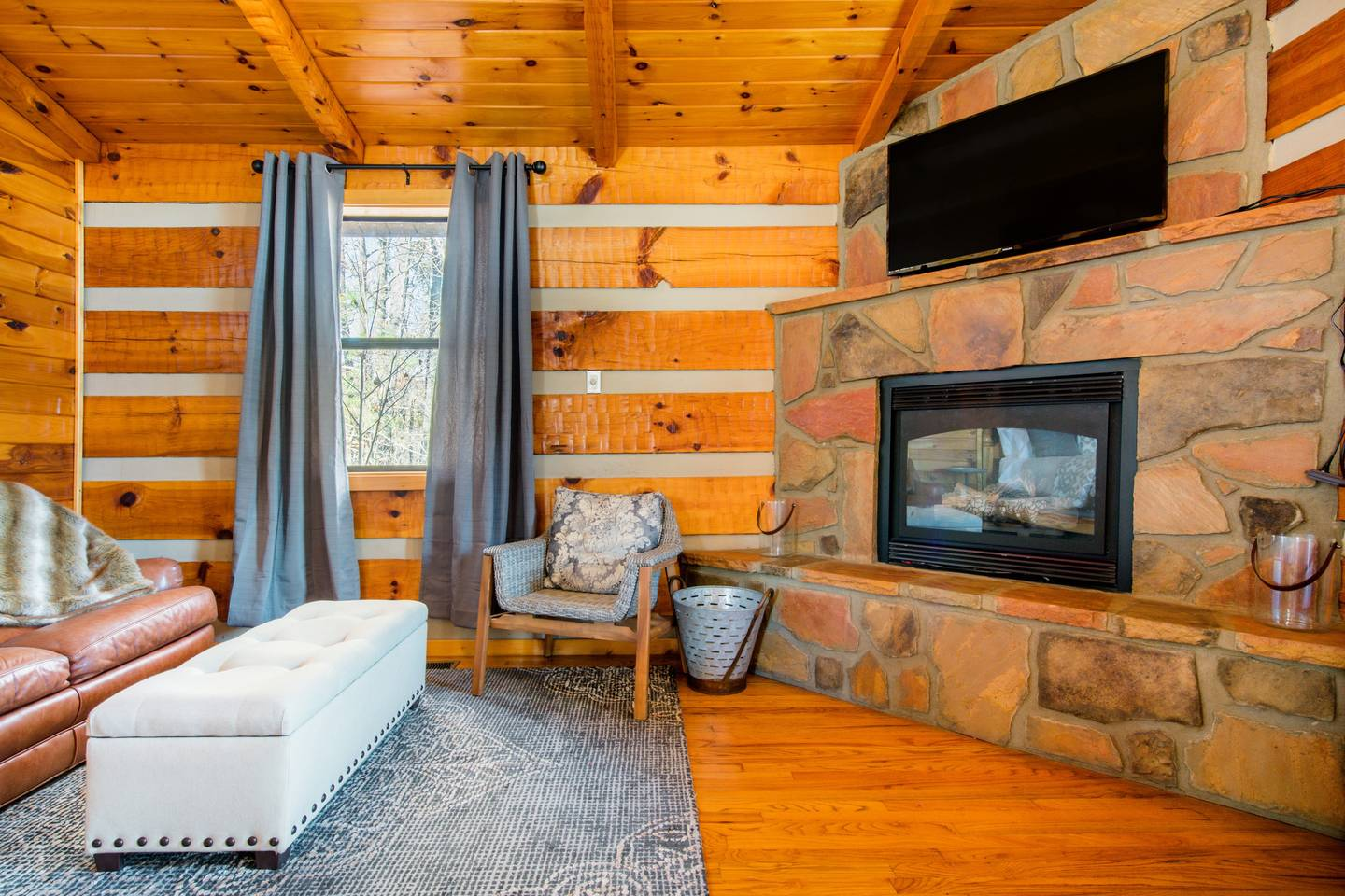 Apartment Very Private Mountain-View Log Cabin with Hot Tub photo 18669206