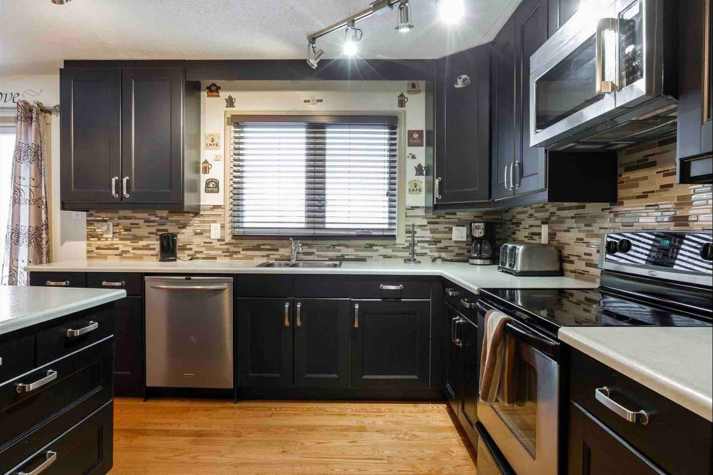 Apartment REST EASY - 6 MINS FROM WEST ED MALL - 3 BEDROOMS photo 18724636