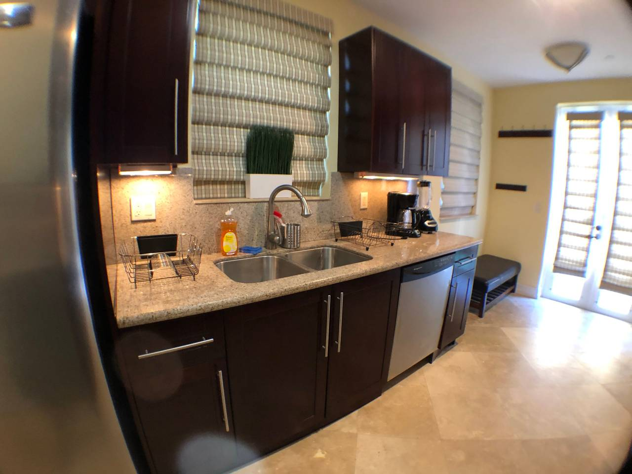Apartment NEW-Large House with Roof Top  close to Everything photo 16830459