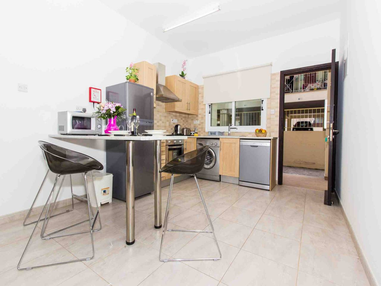 Modern 1 Bedroom Apartment with Communal Pool  - Great Kings Complex B19 photo 28946165