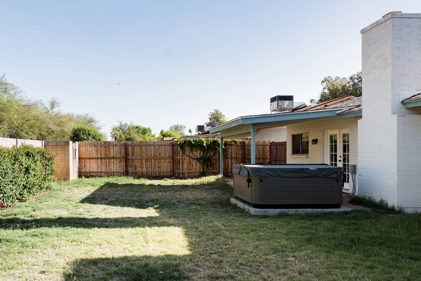 Apartment Renovated Home with a Private Backyard and Hot Tub near Asu photo 16608271