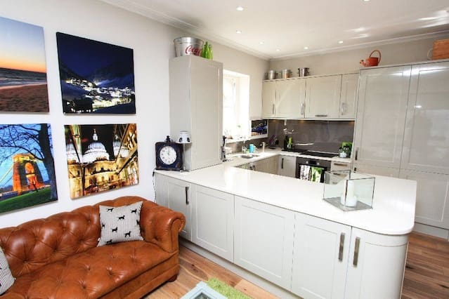 Modern Clifton 2 Bed flat with Parking -Airbristol