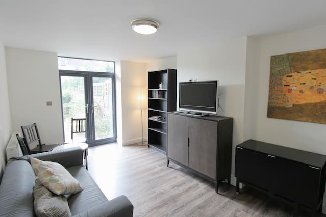 Modern 2 bed flat off Gloucester Road with garden - Airbristol