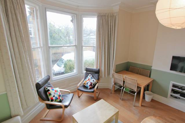 Convenient 2-Bed Near Clifton Triangle -Airbristol